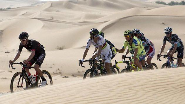 Cyklisté uprostřed pouště v SAE.