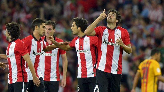 Mikel San Jose (vpravo) z Bilbaa a jeho spoluhráči po výhře nad Barcelonou v boji o španělský Supepohár