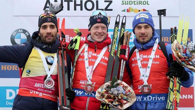 Rus Anton Šipulin (vpravo) po jednom ze závodů v Anterselvě. Uprostřed Nor Johannes Thingnes Bö, vlevo Francouz Martin Fourcade.