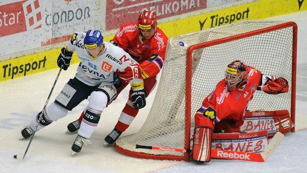 Lukáš Klimek (vpředu) z Vítkovic atakuje branku českobudějovického Pavla Kantora.