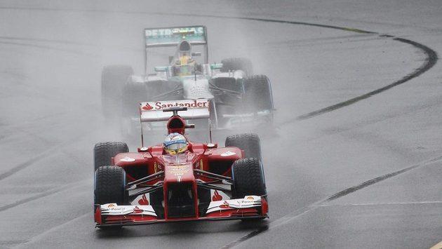 Hamilton stíhá během kvalifikace v Melbourne Alonsa z Ferrari.
