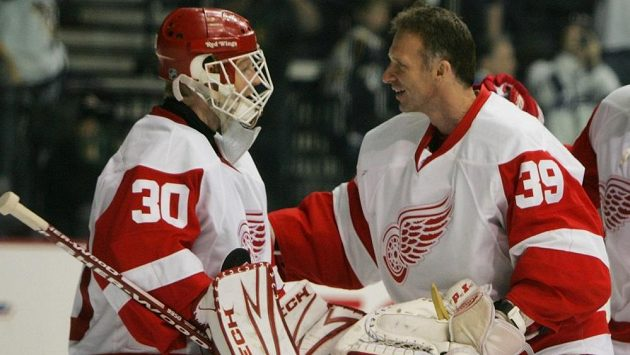 Chris Osgood (vlevo) a Dominik Hašek, někdejší báječná brankářská dvojice Detroitu.
