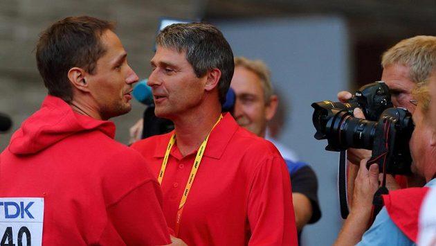 Takto Vítězslav Veselý přijímal gratulace od svého trenéra Jana Železného na mistrovství světa v Moskvě.