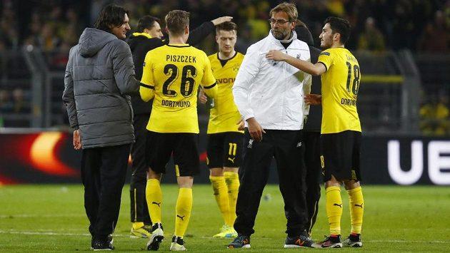Manažer Liverpoolu Jürgen Klopp se zdraví s hráči BVB - Lukaszem Piszczekem a Nurim Sahinem.