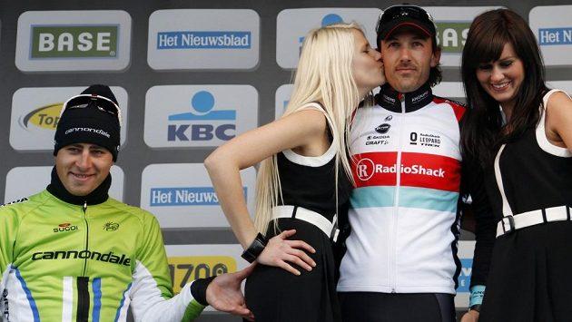 Peter Sagan po závodu Kolem Flander štípe na stupních vítězů hostesku do zadečku.