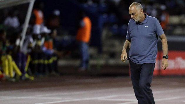Avram Grant na lavičce Ghany při porážce 0:2 s Kamerunem na APN.