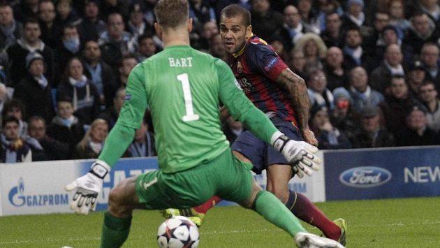 Daniel Alves zvyšuje střelou mezi nohama brankáře Joea Harta výhru Barcelony nad Manchesterem City.