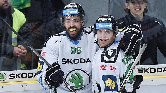 Autor prvního gólu Richard Jarůšek (vlevo) a Lukáš Pabiška z Boleslavi se radují.