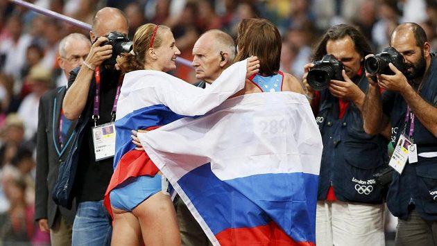 Ruské atletky Maria Savinovová a Jekatěrina Poistogovová si gratulují k medailovým umístěním na OH v Londýně.