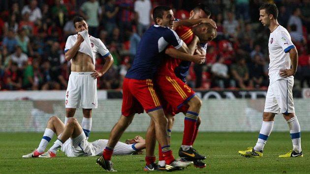 Již po porážce s Arménií měli Češi (v bílých dresech) jasno. Tady pomůže už jen zázrak...