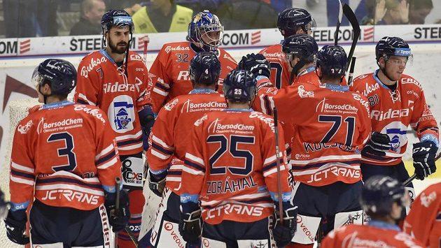 Hokejisté Vítkovic se radují z vítězství nad Libercem.