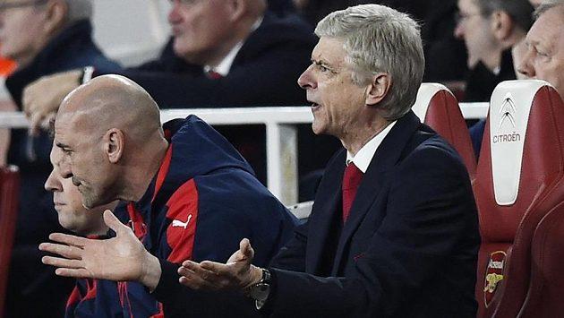 Kouč Arsenalu Arséne Wenger během utkání s Chelsea.