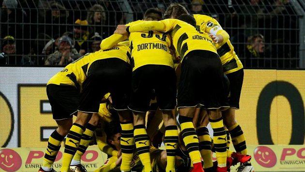 """Dortmundu vystřelil vítězství nad Hoffenheimem Christian Pulisic, na kterého se po jeho brance spoluhráči """"vrhli""""."""