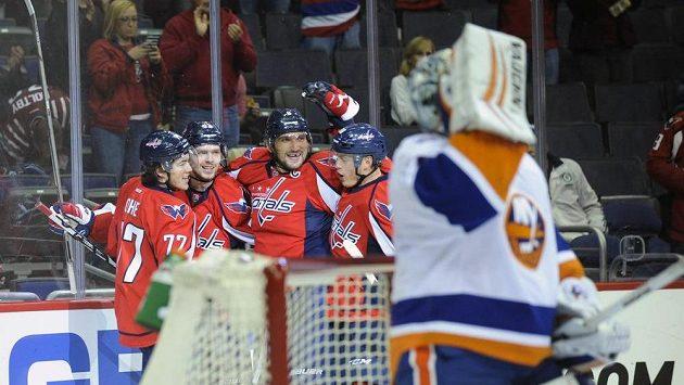 Alex Ovečkin (třetí zleva) se raduje se spoluhráči z Washingtonu z branky do sítě New York Islanders.