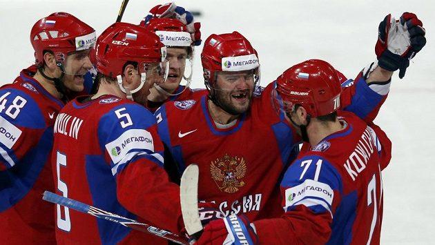 Ruský forvard Alexander Radulov (druhý zprava) slaví se spoluhráči gól proti USA. Vlevo obránci Jevgenij Birjukov (48), Ilja Nikulin (5), vpravo útočník Ilja Kovalčuk (71).