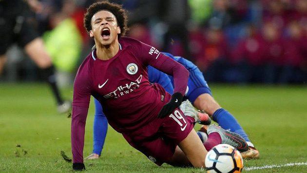 Útočník Manchesteru City Leroy Sané padá po faulu Joea Bennetta z Cardiffu.