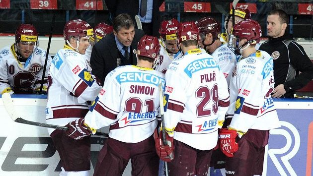 Trenér Sparty Josef Jandač uděluje pokyny svým svěřencům během oddechové času v utkání s Libercem.