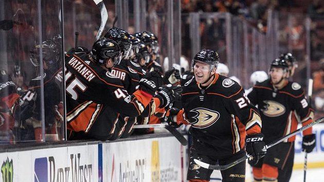 Útočník Anaheimu Ducks Ondřej Kaše slaví gól v utkání NHL proti Torontu. Nakonec ale jeho tým prohrál 1:3.