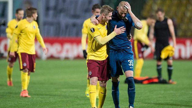 Fotbalisté Sparty Praha Jakub Brabec a David Bičík oslavují vítězství a postup během odvetného utkání play off Evropské ligy v Krasnodaru.