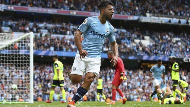 Sergio Agüero z Manchesteru City poté, co vstřelil gól v ligovém utkání s Huddersfieldem.
