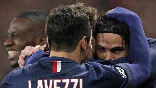 Útočník Edinson Cavani (vpravo) slaví se spoluhráčem Ezequielem Lavezzim gól v síti Chelsea.