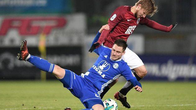 Fotbalista Sparty Martin Frýdek v souboji se soupeřem ze Sigmy Olomouc během utkání 15. kola fotbalové HET ligy.