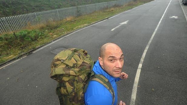 Dan Jones si řekl, že si naloží. Na záda 27 kilo a poběží maratón.