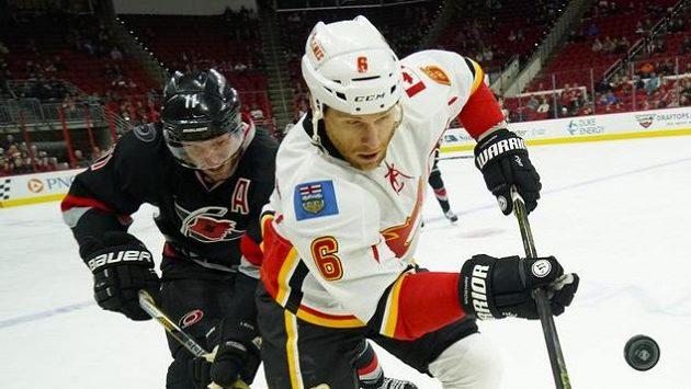 Hokejový obránce Calgary Dennis Wideman (v bílém).