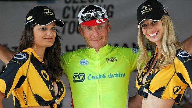 Slovenský cyklista Maroš Kováč vyhrál královskou etapu Czech Cycling Tour a užíval si pózování v dresu lídra s půvabnými hosteskami.