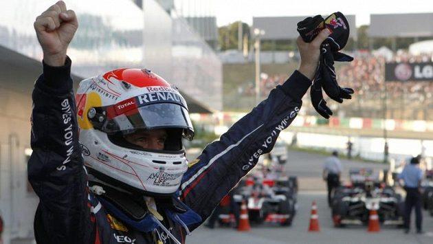 Němec Sebastian Vettel se raduje po vítězství v japonské Suzuce.