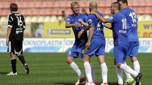 Liberečtí fotbalisté se radují, jejich vedoucí branku v duelu s Příbramí vstřelil na sklonku první půle z penalty Jiří Štajner (třetí zprava).