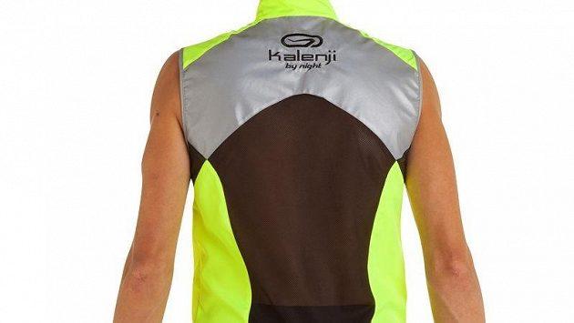 Běžecká vesta Kalenji významě zvýší běžcovu pasivní bezpečnost.