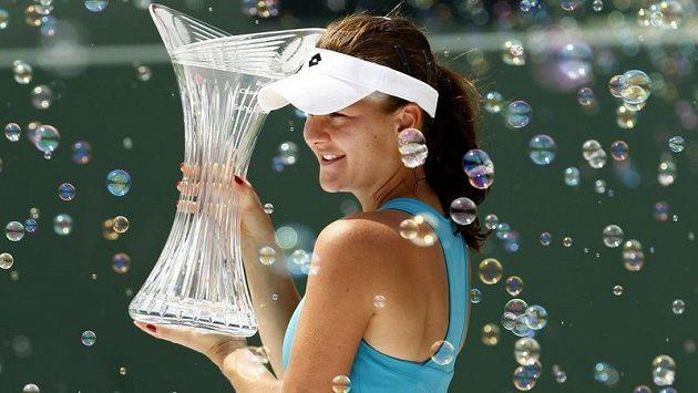Agnieszka Radwaňská s pohárem pro vítězku turnaje v Miami