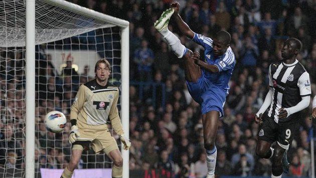 Ramires z Chelsea (uprostřed) při gólové šanci před brankou Newcastlu