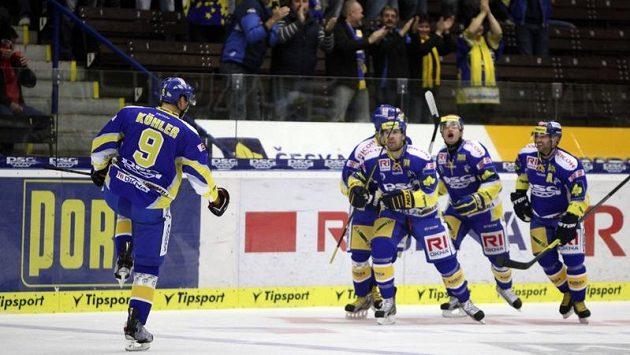 Hokejisté Zlína se radují ze vstřelení gólu proti Kometě Brno. Vlevo zády je Bedřich Köhler.
