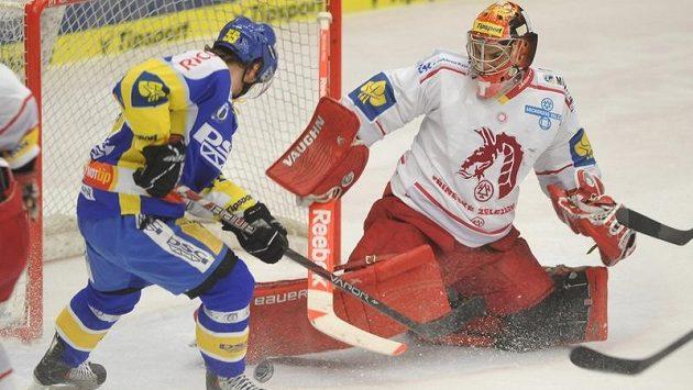 Marek Melenovský ze Zlína (vlevo) a třinecký brankář Peter Hamerlík v souboji ve druhém zápase předkola play-off.