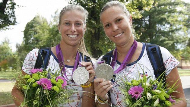 Tenistky Andrea Hlaváčková (vlevo) s Lucií Hradeckou se chlubí stříbrem z olympijského deblu.