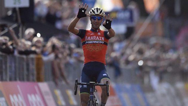 Vincenzo Nibali slaví triumf v klasice Kolem Lombardie.