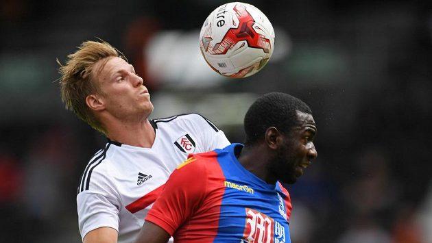 Obránce Fulhamu Tomáš Kalas (vlevo) během přípravného zápasu s Crystal Palace.