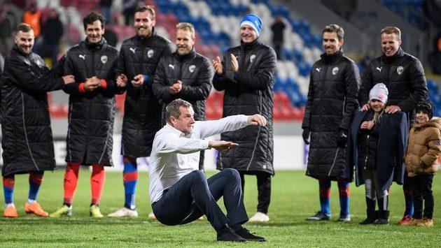 Trenér Pavel Vrba a jeho tradiční oslavný kotrmelec.