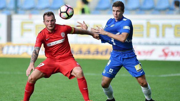 Liberecký obránce Ondřej Karafiát (vpravo) v souboji s brněnským útočníkem Jakubem Řezníčkem v zápase 4. kola první ligy.