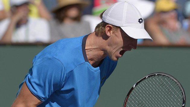 Jihoafrický tenista Kevin Anderson slaví na turnaji v Indian Wells vítězství nad Švýcarem Stanislasem Wawrinkou.
