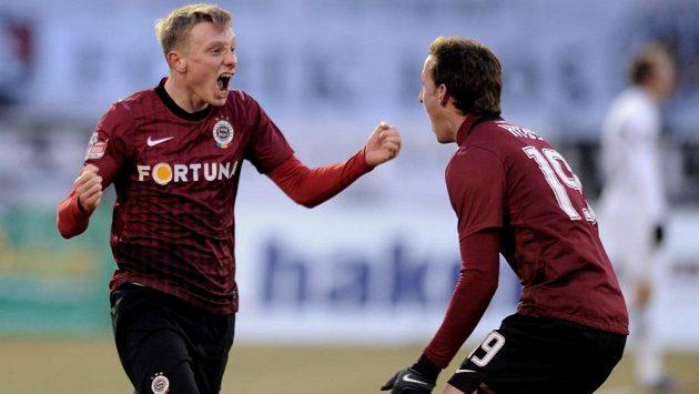 Sparťané Ladislav Krejčí (vlevo) a Matěj Hybš oslavují vyrovnávací gól v Hradci Králové.