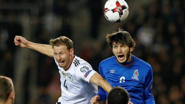 Němec Benedikt Höwedes (4) a Badavi Husejnov Ázerbájdžánu.