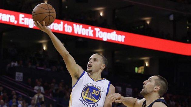 Stephen Curry z Golden State(vlevo) skóruje v zápase s New Orleans.