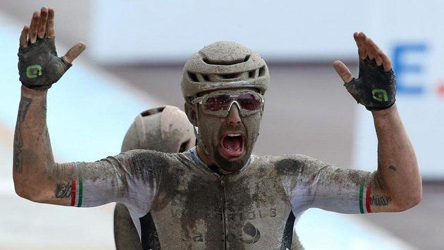 Ital Sonny Colbrelli slaví triumf v klasice Paříž - Roubaix.