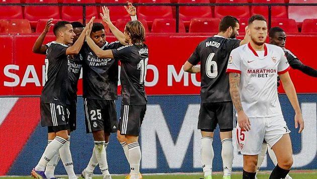 Fotbalisté Realu Madrid oslavují gól proti Seville.