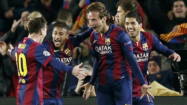 Ivan Rakitič (druhý zprava) děkuje Lionelovi Messimu (vlevo) za gólovou přihrávku, střelci gratulují i Neymar (uprostřed) a Luis Suárez.
