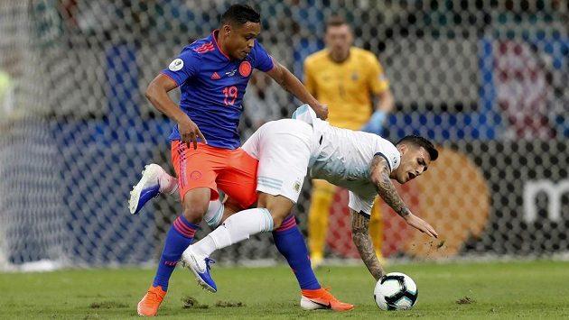Kolumbijský útočník Luis Muriel (vlevo) v souboji s Argentincem Leandrem Paredesem na turnaji Copa América.