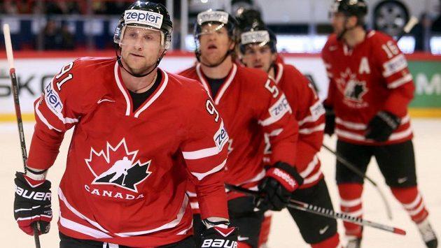 Kanaďan Steven Stamkos (vpředu) slaví se spoluhráči svoji trefu proti Švédsku.